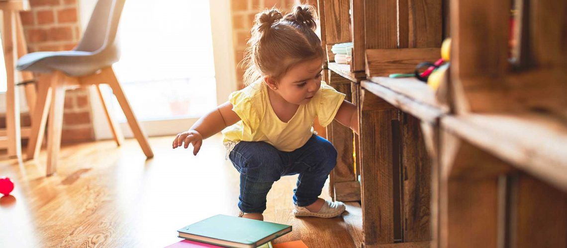 Stadtküken - Mädchen spielt am Regal